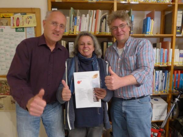 Die Vorstandsmitglieder Claus Schröder, Ursula Schönberger und Thomas Erbe freuen sich über die erfolgreiche Vereinsgründung und machen die Daumen hoch.